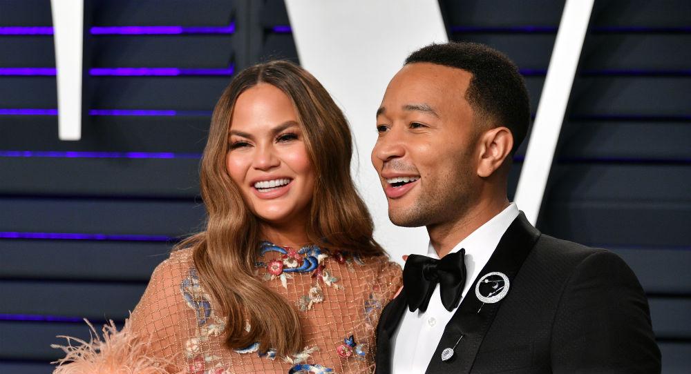 Chrissy Teigen og John Legend på Oscar-festen til Vanity Fair på Wallis Annenberg Center for the Performing Arts i Beverly Hills i 2019 (Dia Dipasupi/Getty)