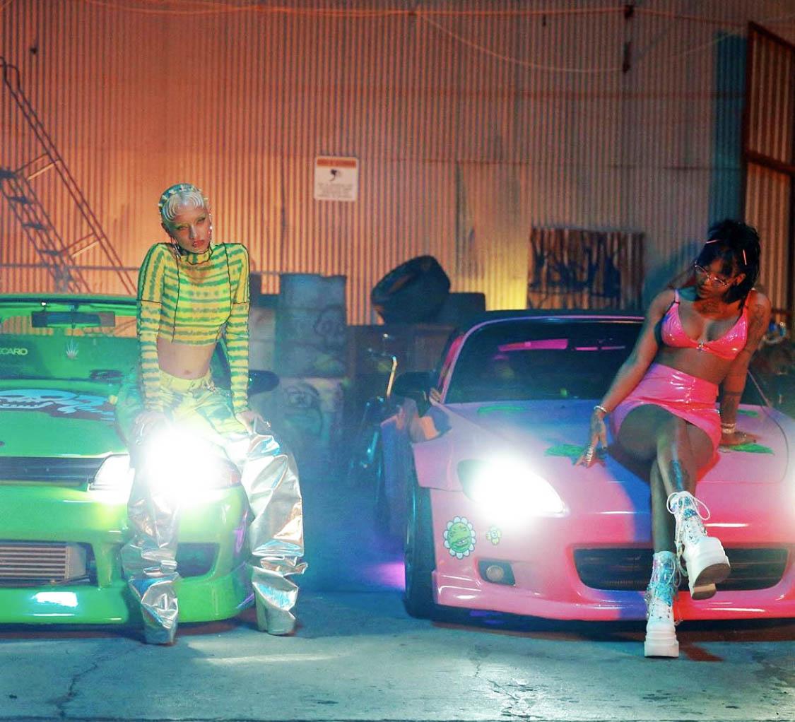 Rask og rasende musikkvideo til retro-sang med Khalid og Summer Walker (RCA/Sony)