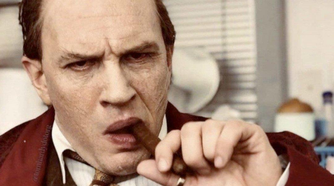 Tom Hardy blir til Al Capone (Vertical)