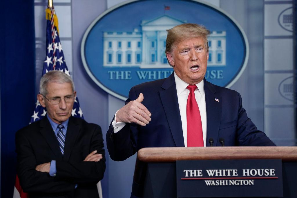 Dr. Anthony Fauci lytter til presidenten av De forente stater Donald Trump snakke om koronakrisen (Drew Angerer/Getty)