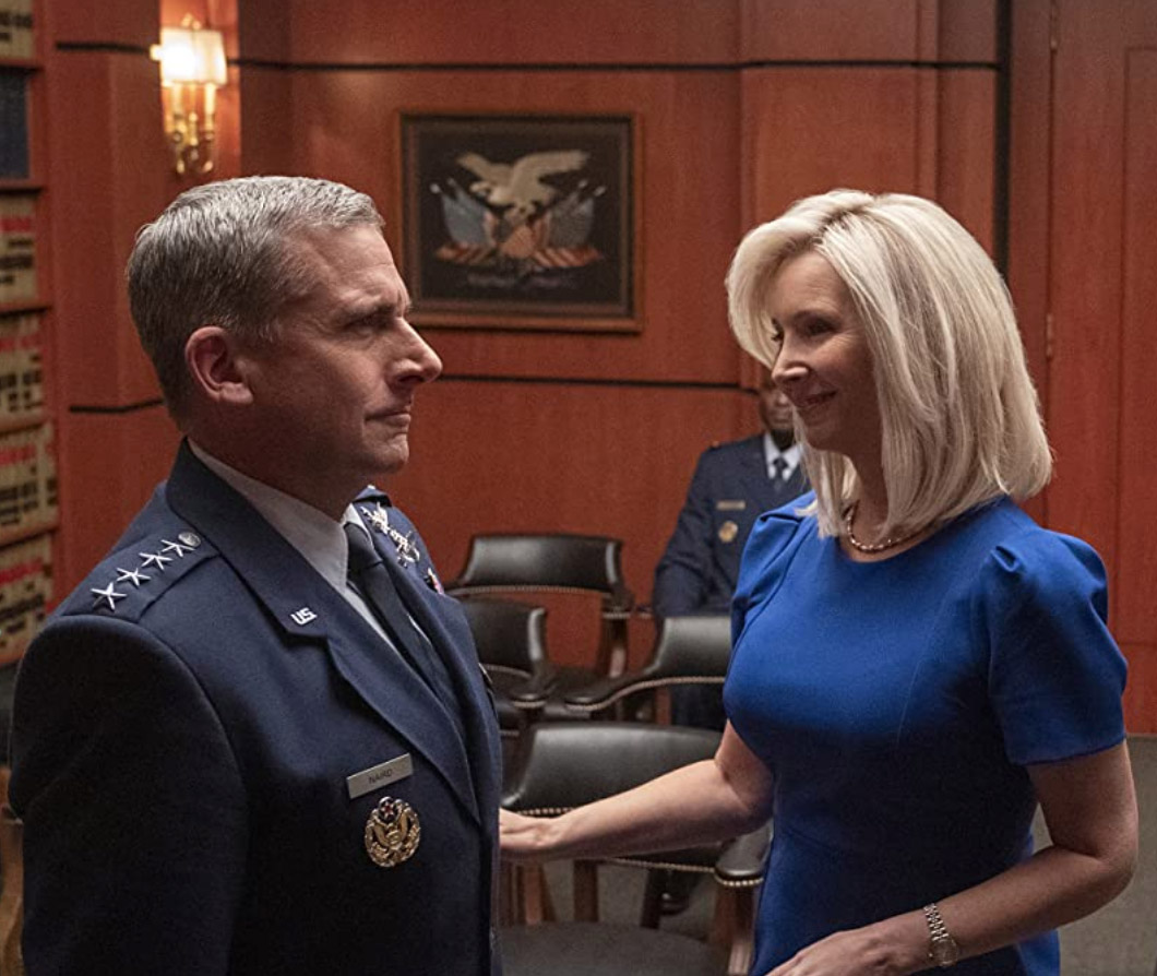 Lisa Kudrow som generalens kone Maggie Naird (Netflix)