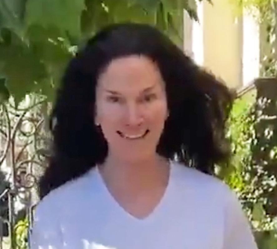 Lisa Alexander tatt på fersken i å være Karen (skjermbilde)