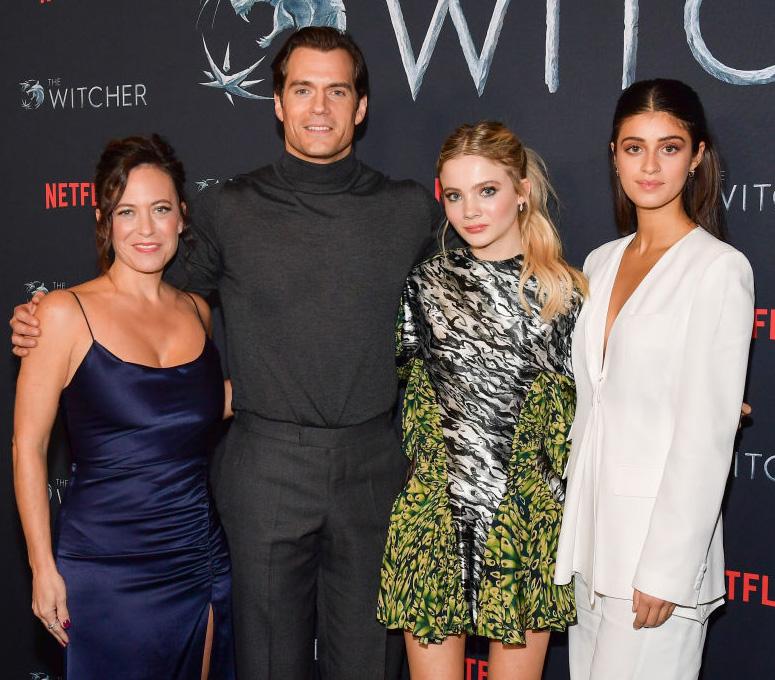 Serieskaperen Lauren Schmidt Hissrich og skuespillerne Henry Cavill, Freya Allan, og Anya Chalotra feirer sesomg 1 i Los Angeles i desember 2019 (Matt Winkelmeyer/Getty)