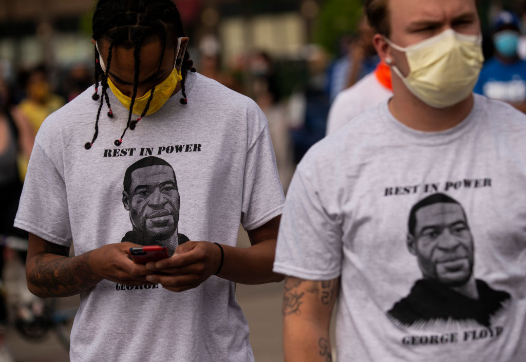 Rest in Power George Floyd: To personer demonstrerer utenfor Third Police Precinct i Minneapolis i Minnesota (Stephen Maturen/Getty)