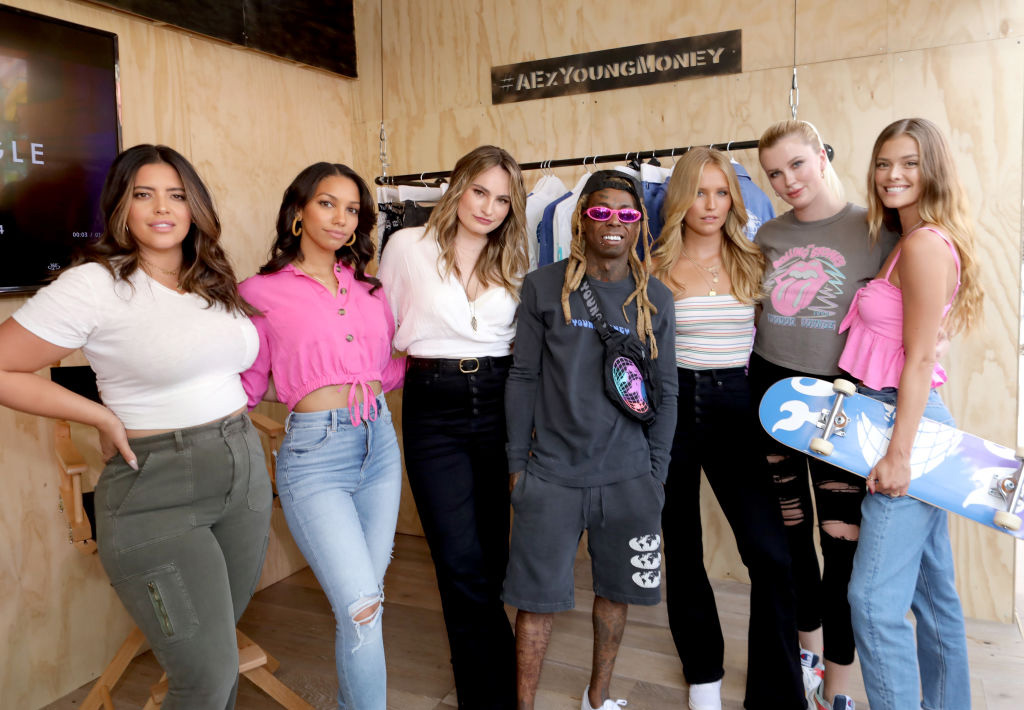 Denise Bidot, Corrine Foxx, Kathryn Gallaghar, Lil Wayne, Sailor Brinkley Cook, Ireland Baldwin og danske Nina Agdal på event for høstkolleksjonen for AE x Young Money i New York i 2019 (Gonzalo Marroquin/Getty/American Eagle)