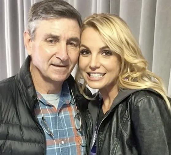 Et bilde av Britney Spears og faren Jamie Spears som tidligere lå på Britneys Facebook-profil (Facebook/britneyspears)