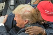 Kanye West og Donald Trump klemmer i Det hvite hus oktober 2018 (Consolidated News/Getty)