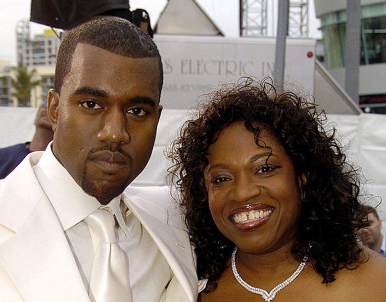 Kanye West og moren Donda West på Grammys i 2005 (Jeff Kravitz/FilmMagic)