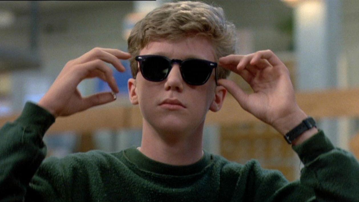 Weedene går rett i fletta på skolens «nerd» Brian Johnson spilt av Anthony Michael Hall (Universal Pictures)