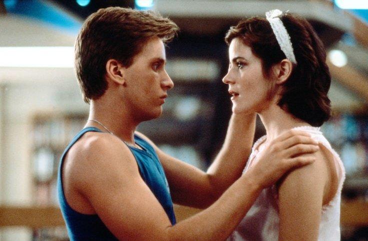 Emilio Estevez og Ally Sheedy: Sports-jock faller brått paladask for innadvendt «weirdo» etter at hun får make-over fra filmens «babe» (Universal Pictures)