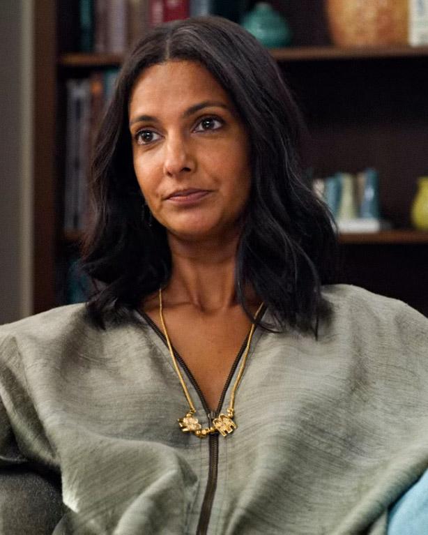 Poorna Jagannathan som moren Dr. Nalini Vishwakumar (Netflix)