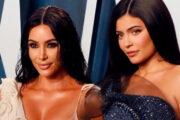 Rett før korona: Kim og Kylie på rød løper i februar 2020 (Taylor Hill/Getty Images)