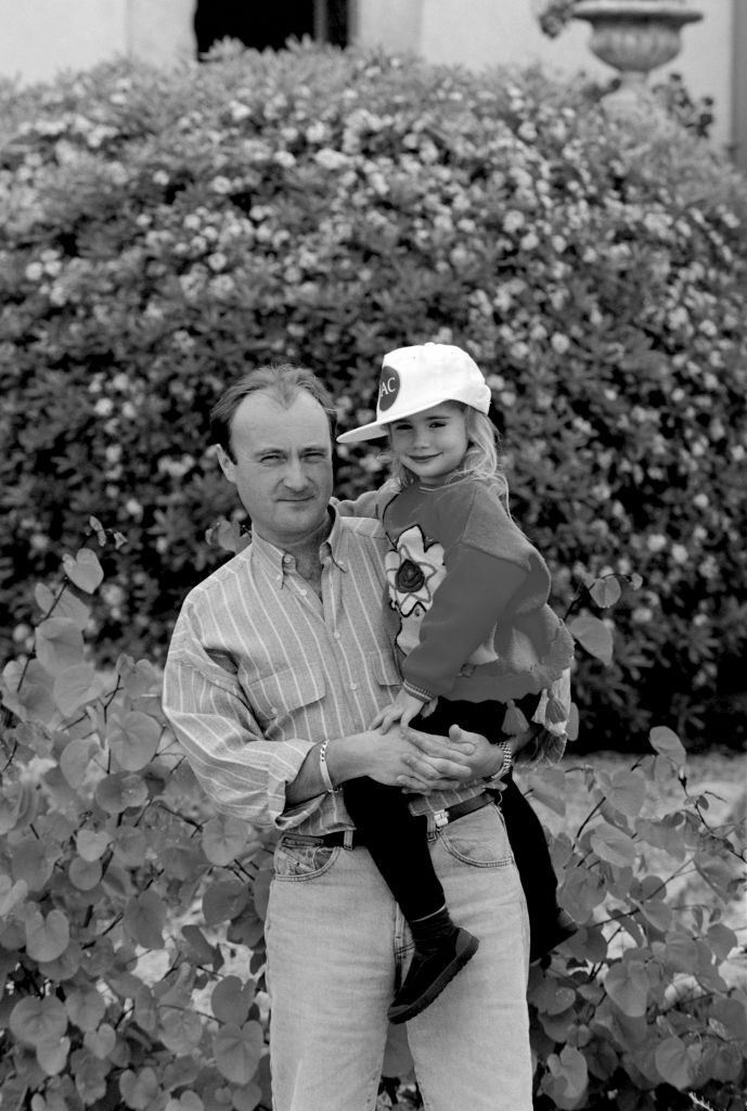 Phil Collins med lille Lily Collins (Dave Hogan/Hulton Archive/Getty)