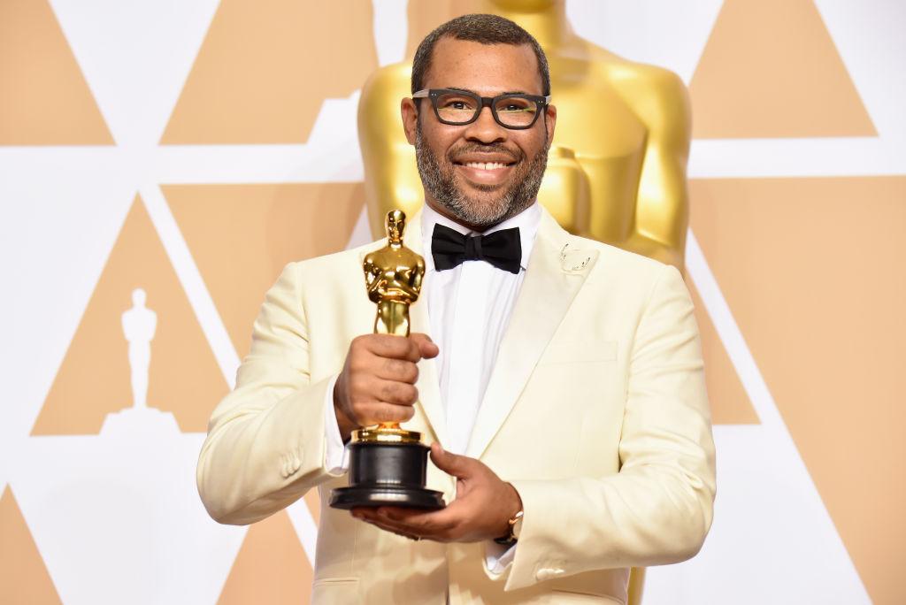 Jordan Peele med sin Oscar-pris for manuset til Get Out (Jeff Kravitz/FilmMagic)