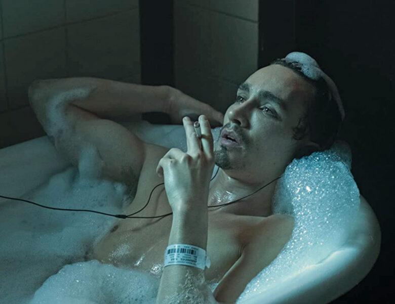 Robert Sheehan som Klaus Hargreeves alias The Séance alias Number Four (Netflix)