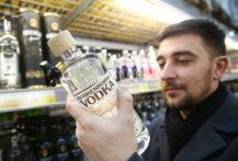 Vodka-shopping på kolonial i Rjazan i Russland (Alexander Ryumin/TASS/Getty)