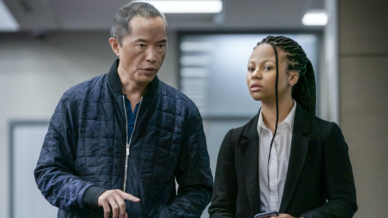 Ken Leung som Eric Tao, Myha'la Herrold som Harper Stern (BBC/HBO Nordic)