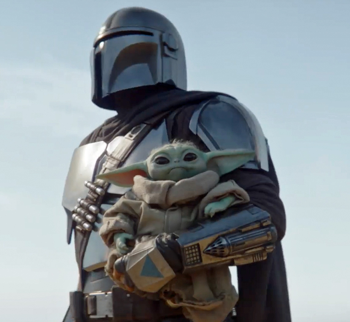 Pedro Pascal som Mando - her trolig via en stuntmann - sammen med The Child alias Baby Yoda (Disney+)