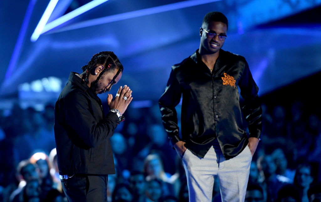Kendrick Lamar og Dave Free vinner prisen Video of the Year for «Humble.» under MTV VMA 2017 i The Forum i Inglewood utenfor Los Angeles (Kevin Winter/Getty)