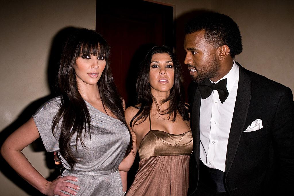 Kanye skal ha prøvd å date Kim i mange år før hun til slutt ble sjarmert. Her er de med Kims storesøster Kourtney på fest i 2008 (Michael Bezjian/WireImage)