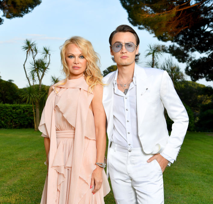 Brandon Thomas Lee og moren Pamela Anderson utenfor Hotel du Cap-Eden-Roc i Antibes i 2019 (Pascal Le Segretain/amfAR/Getty)