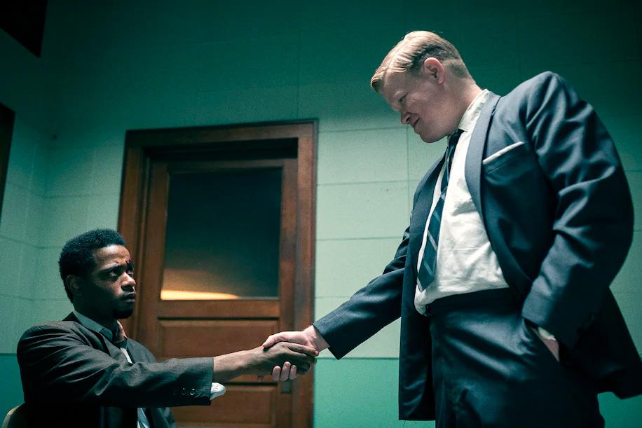 Lakeith Stanfield som Bill O'Neal og Jesse Plemons som Roy Mitchell (Warner Bros.)