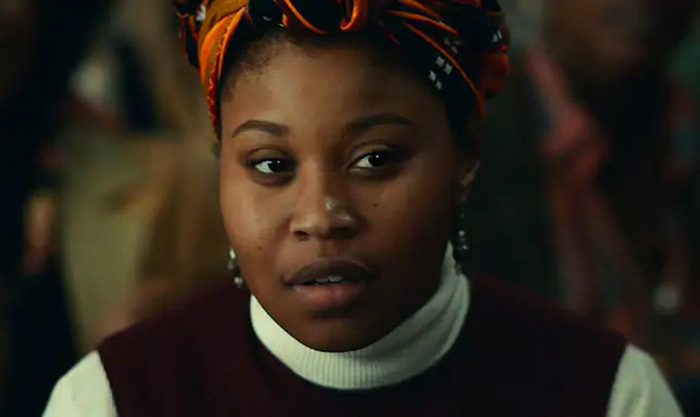 Dominique Fishback som Deborah Johnson (Warner Bros.)