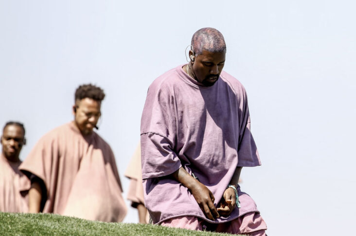 Kanye West kneler under Sunday Service på Coachella i 2019 (Rich Fury/Getty)