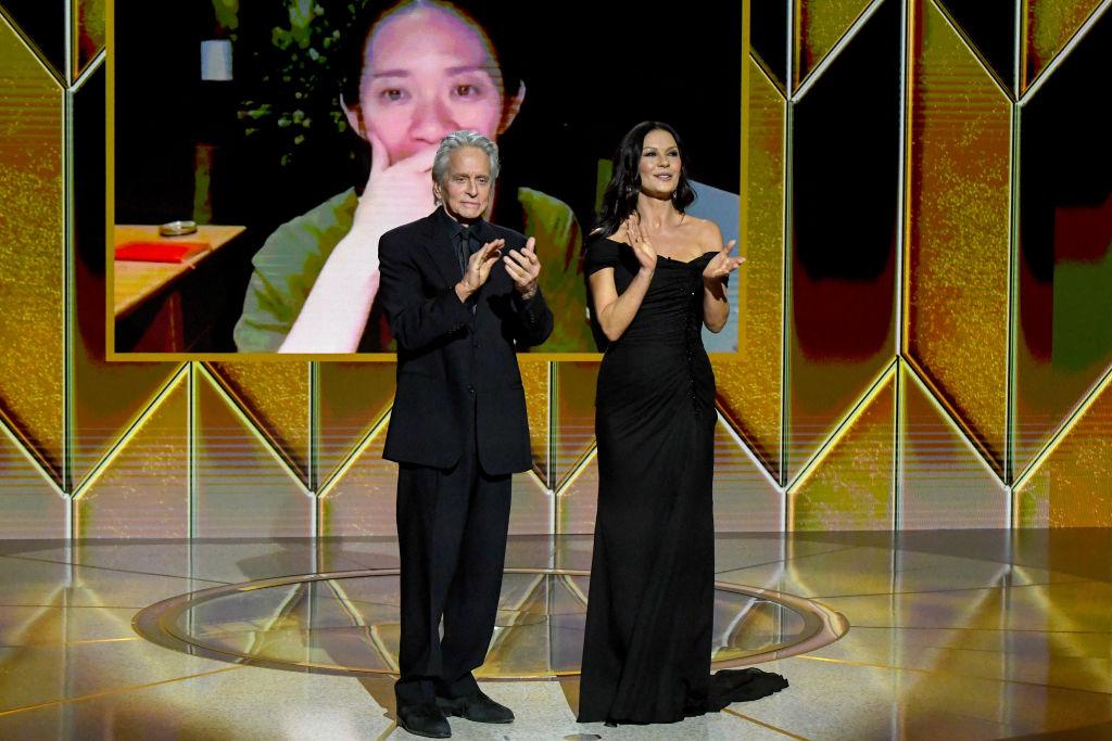Michael Douglas og Catherine Zeta-Jones deler ut historisk Golden Globe-prisen for beste filmdrama til regissør Chloé Zhao for Nomadland (Kevin Mazur/Getty/HFPA)