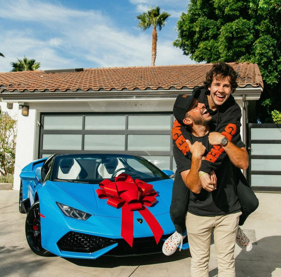 David Dobrik og Heath Hussar med Lamborghini-gaven fra EA Sports (Instagram/daviddobrik)
