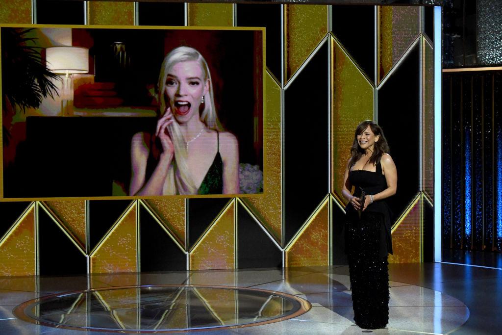 Rosie Perez fra HBO-serien The Flight Attendant deler ut pris til Anya Taylor-Joy for Netflix-serien Queen's Gambit (Kevin Mazur/Getty/HFPA)