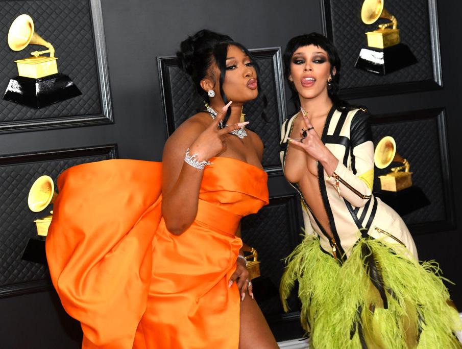 Megan Thee Stallion og Doja Cat på Grammys 2021 (Kevin Mazur/Getty)