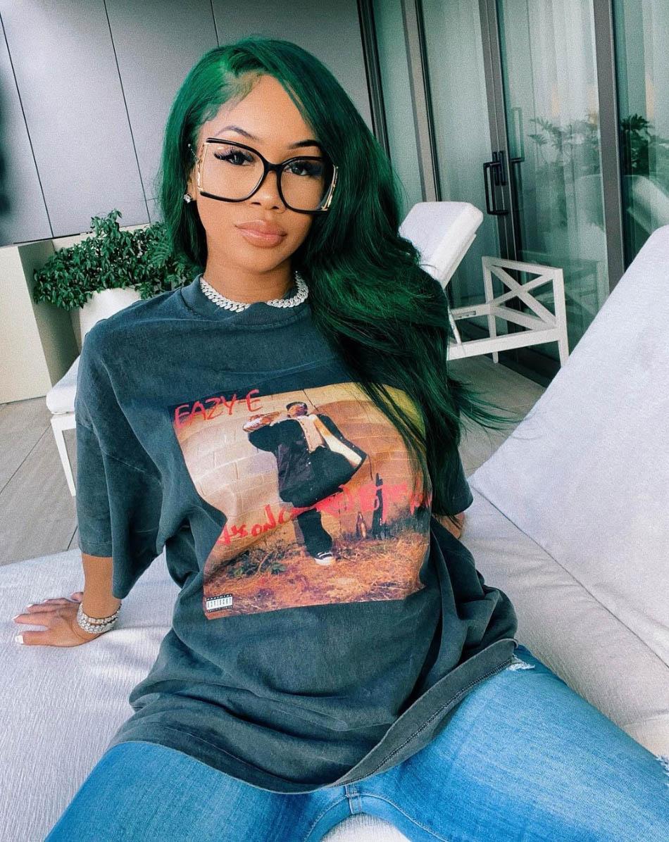 Saweetie med Eazy-E-t-skjorte (Instagram/saweetie)
