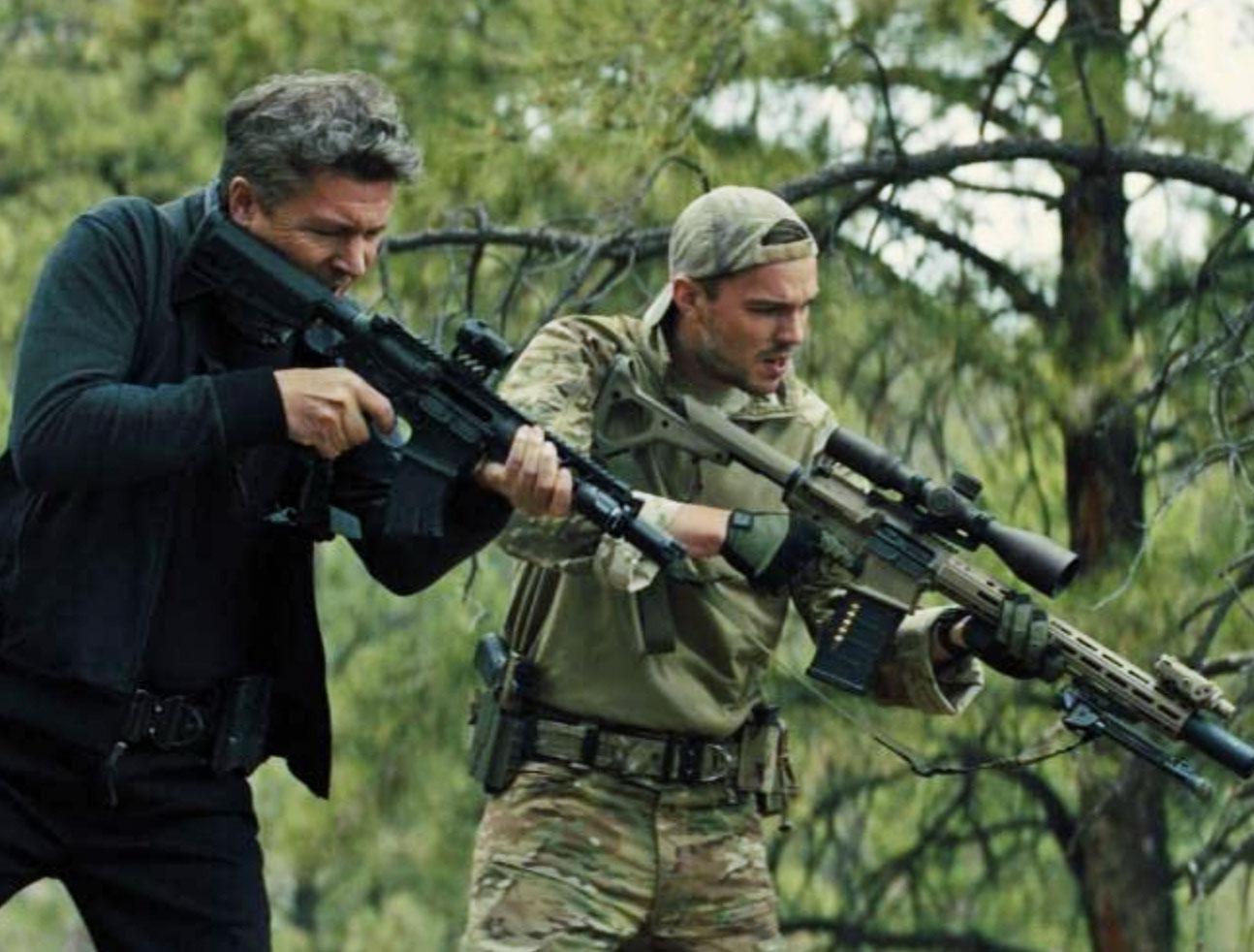 Aidan Gillen og Nicholas Hoult i Those Who Wish Me Dead (Warner Bros.)