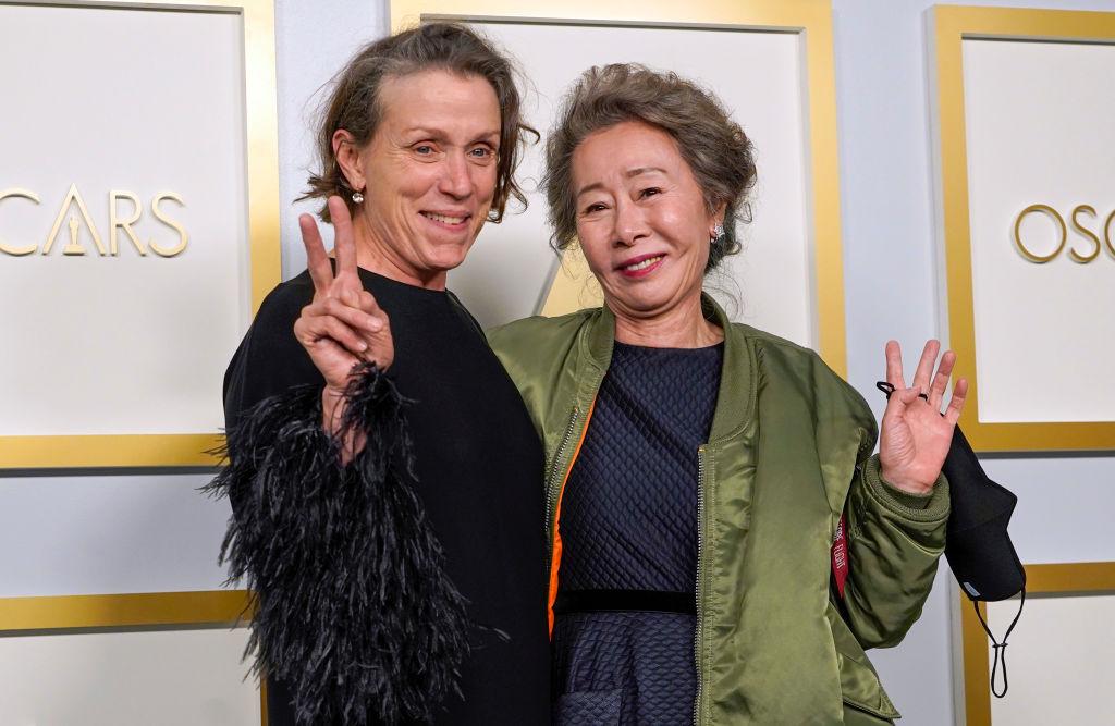 Frances McDormand vant for beste skuespiller i en hovedrolle for Nomadland, mens Yuh-Jung Youn vant for sin birolle i A24-filmen Minari (Chris Pizzello-Pool/Getty)