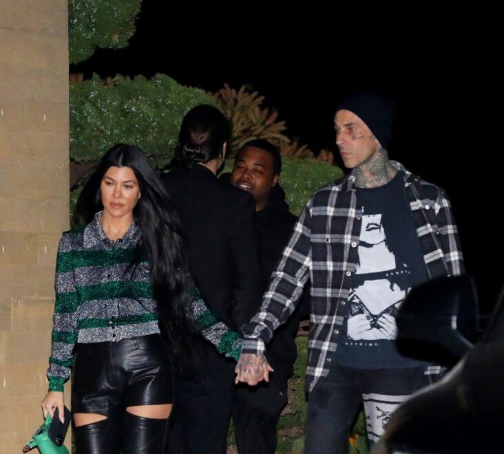 Kourtney Kardashian og Travis Barker på vei ut av restauranten Nobu i Malibu utenfor Los Angeles (Photographer Group/MEGA/GC Images)