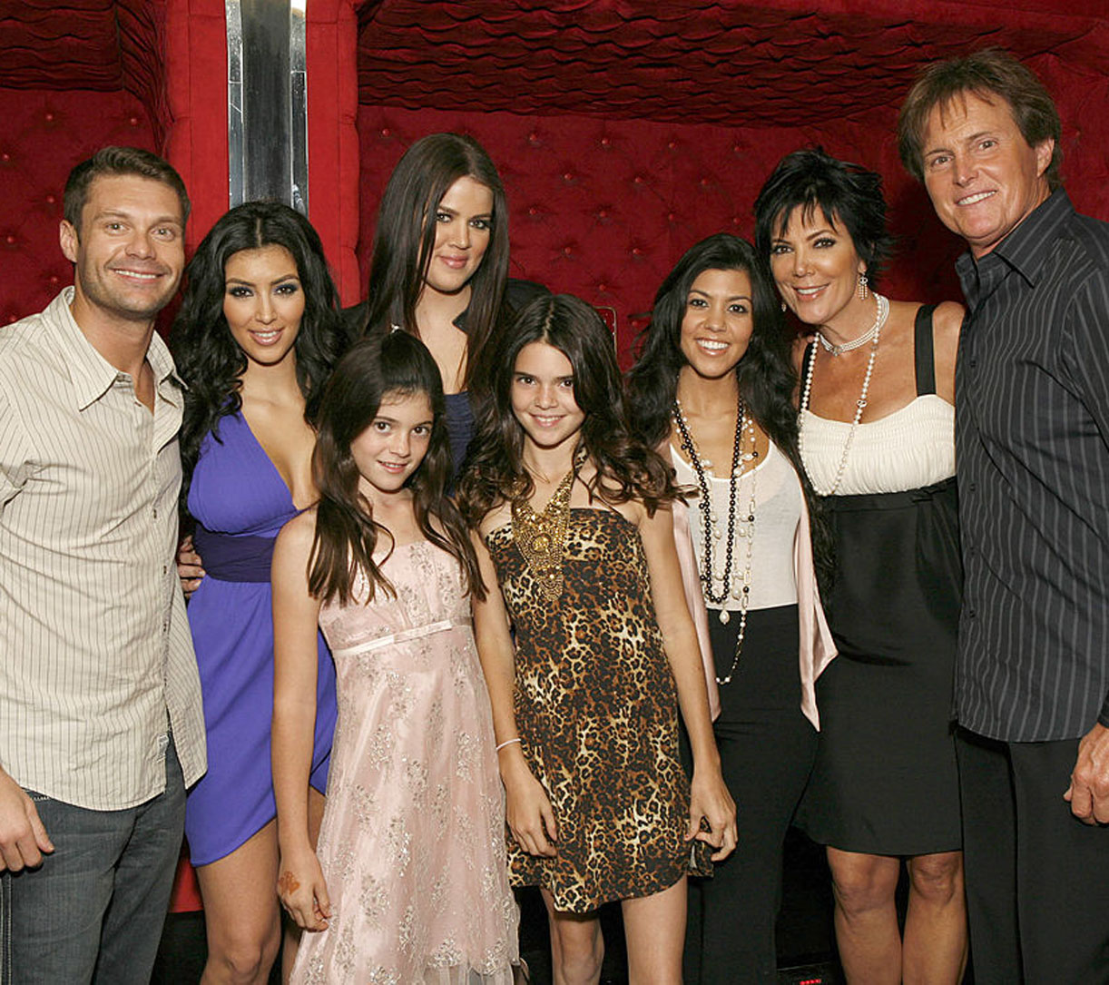 Ryan Seacrest på visning av den første KUWTK-episoden i oktober 2007 med Kim Kardashian, Kylie Jenner, Khloe Kardashian, Kendall Jenner, Kourtney Kardashian, Kris Jenner og Caitlyn Jenner (Jeff Vespa/WireImage)