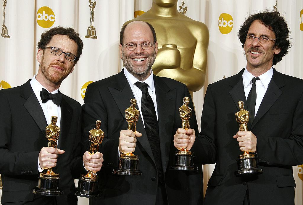 Scott Rudin med regissørene Ethan Coen og Joel Coen på Oscar-utdelingen da deres film No Country for Old Men vant prisen for årets film i 2008 (Vince Bucci/Getty)