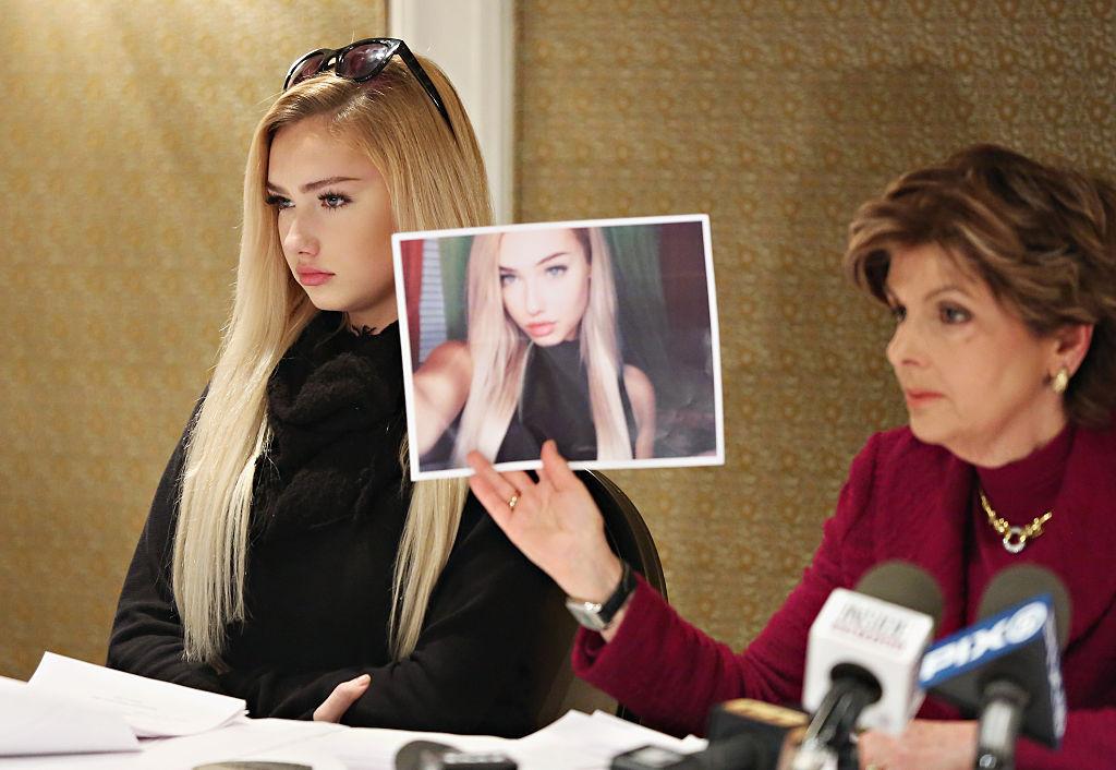 Arkivbilde av Advokat Gloria Allred med 14 år gamle Molly O'Malia i 2016 under en pressekonferanse. O.K. Magazine hevdet at hun var var romantisk involvert med Tyga på et hotellrom i New York etter rapporter om at at han angivelig DM-et henne på Instagram (Cindy Ord/Getty)