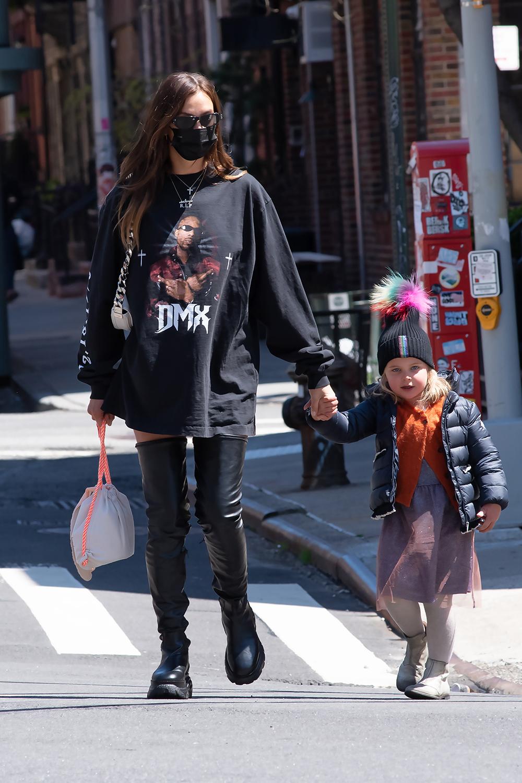 Irina Shayk med datteren Lea i april, iført DMX-genser designet av Kanye West via Balenciaga (MEGA/Getty)