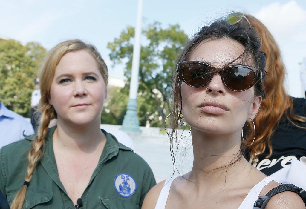 Amy Schumer og Emily Ratajkowski demonstrerer mot Brett Kavanaugh i Washington, DC i 2018 (Paul Morigi/WireImage)