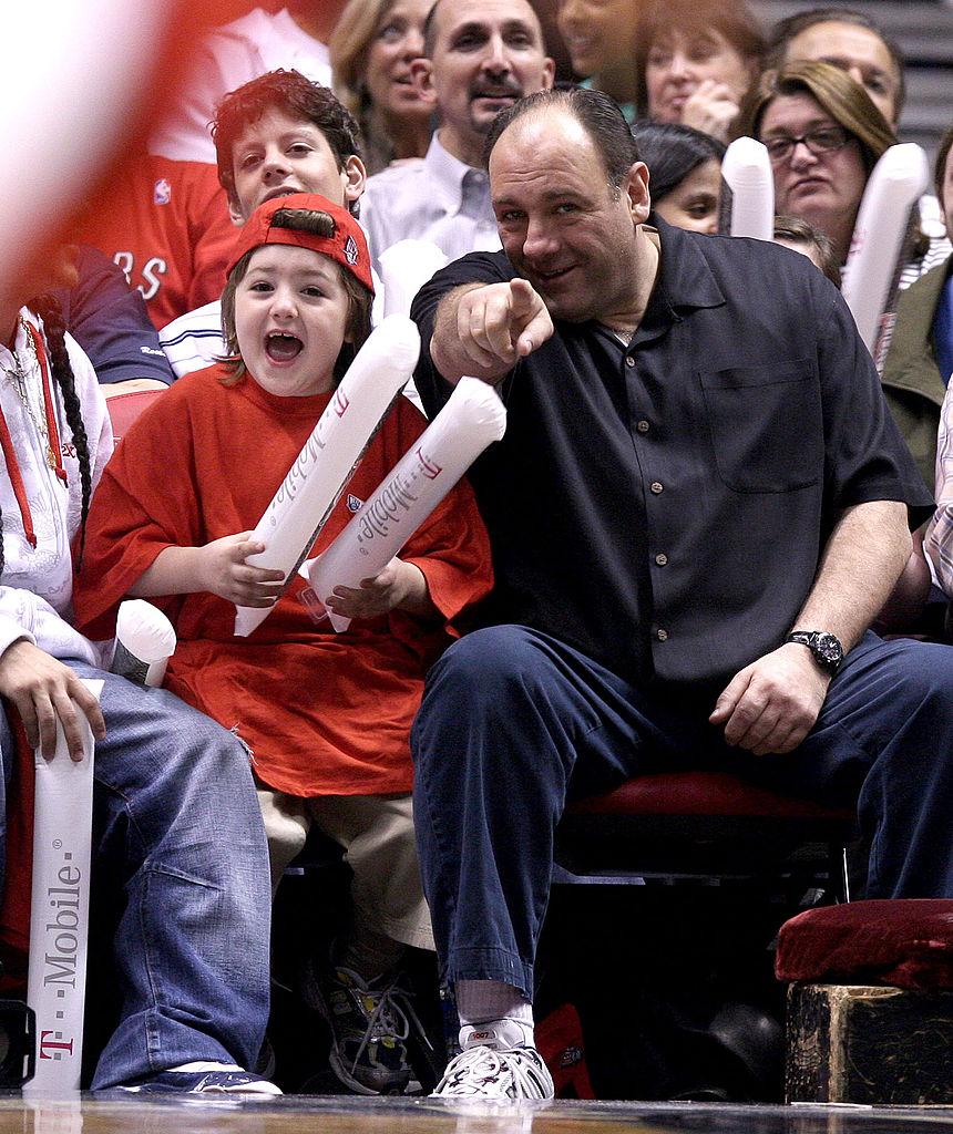 James Gandolfini med sønnen Michael på kampen Toronto Raptors vs. New Jersey Nets i 2007 i East Rutherford i New Jersey (James Devaney/WireImage)