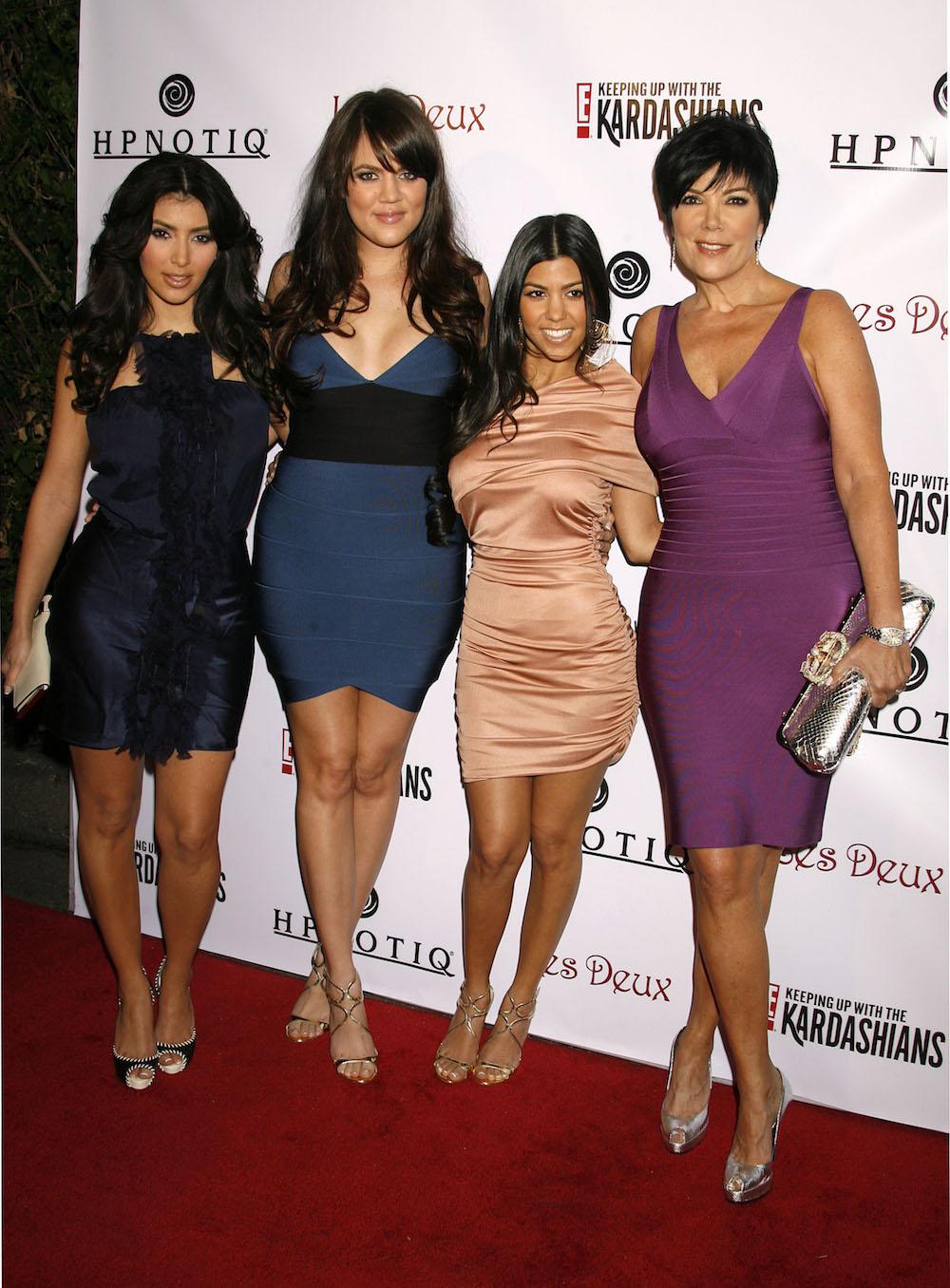 Kim Kardashian, Khloe Kardahian, Kourtney Kardashian og Kris Jenner på premierefesten til Keeping Up With The Kardashians sesong 2 på klubben Les Deux i Hollywood i 2008 (Jeffrey Mayer/WireImage)