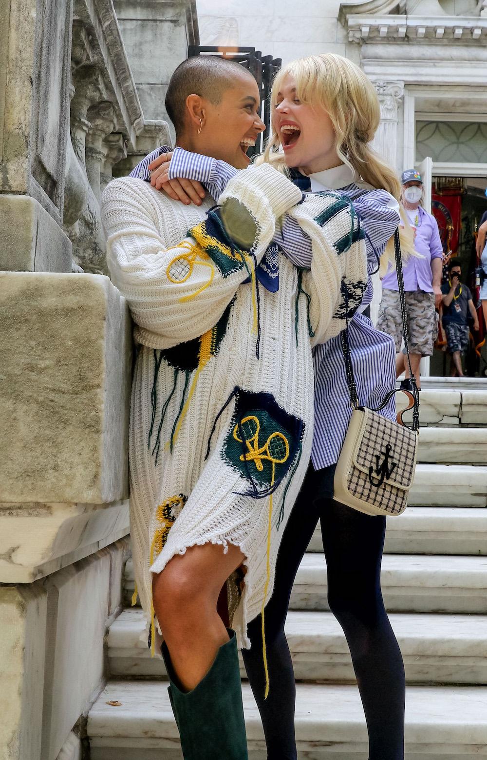 Emily Alyn Lind og Jordan Alexander på settet til Gossip Girl i New York i juni 2021 (Jose Perez/Bauer-Griffin/GC)