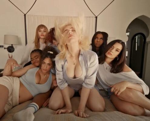 Billie Eilish og hennes jenter i videoen til Lost Cause (Darkroom/Interscope)