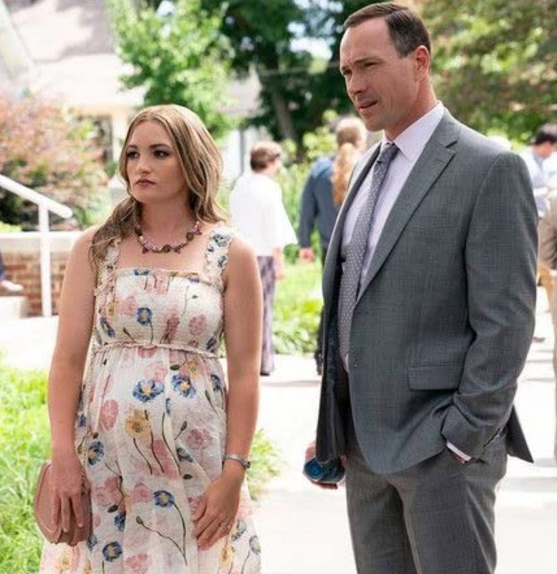 Jamie Lynn Spears og Chris Klein i Sweet Magnolias sesong 1 fra 2020 (Netflix)