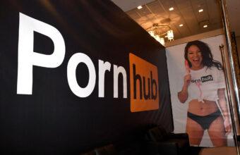 Pornostjernen Asa Akira reklamerer for Pornhub under AVN Adult Entertainment Expo på Hard Rock Hotel & Casino i Las Vegas i 2018 (Ethan Miller/Getty)