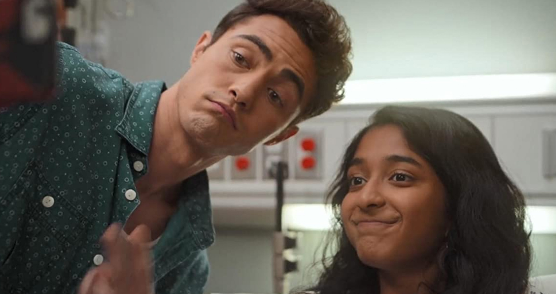 Darren Barnet som Paxton Hall-Yoshida, Maitreyi Ramakrishnan som Devi Vishwakumar (Netflix)