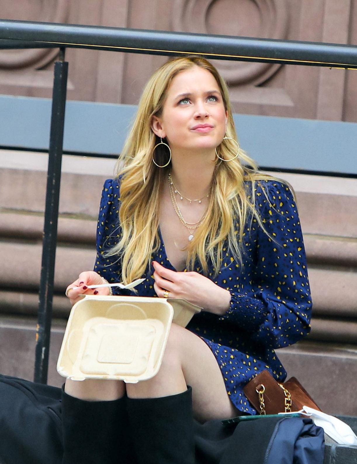 Elizabeth Lail tar en kjapp lunsj under shooten (Jose Perez/Bauer-Griffin/Getty)