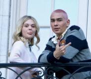 Emily Alyn Lind og Evan Mock som paret Audrey Hope og Aki Menzies på settet til Gossip Girl (Jose Perez/Bauer-Griffin/GC)